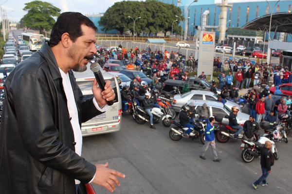 O presidente da FEM-CUT/SP, Luiz Carlos Dias, veia a Pinda exclusivamente para participar do ato; logo em seguida já retornou para São Paulo para rodadas de negociação
