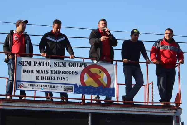 Luciano - Tremembé, Odirley, Vela, Sérgio e o coordenador da subsede da CUT no Vale do Paraíba, Otávio Batista