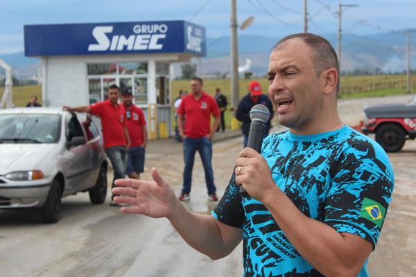 Ao microfone, o dirigente sindical na GV, Paceli Alves