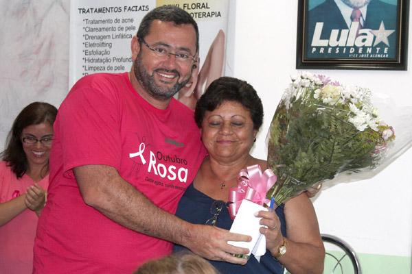 Vela entrega rosas a sua mãe Dalva Moraes