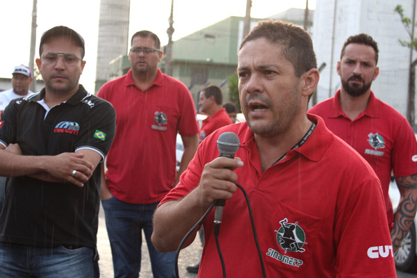 Ao microfone, o dirigente sindical na Elfer, Anderson Lopes