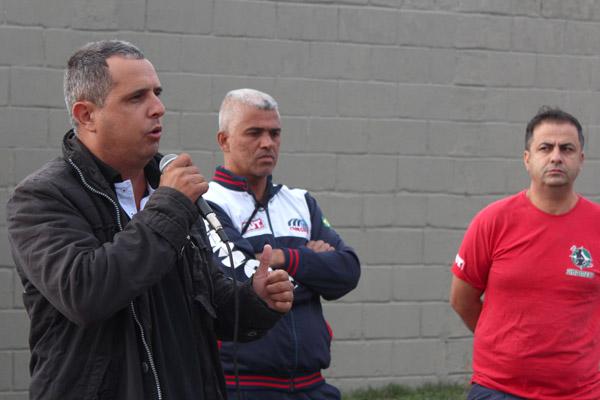 Ao microfone, o sindicalista Gilson Leandro - Chupeta