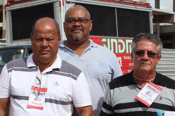 Os diretores do Dept. de Política Social, Ronaldo - Pit Bull, e Vicente Caetano - Serrinha; ao fundo, um dos voluntários da campanha