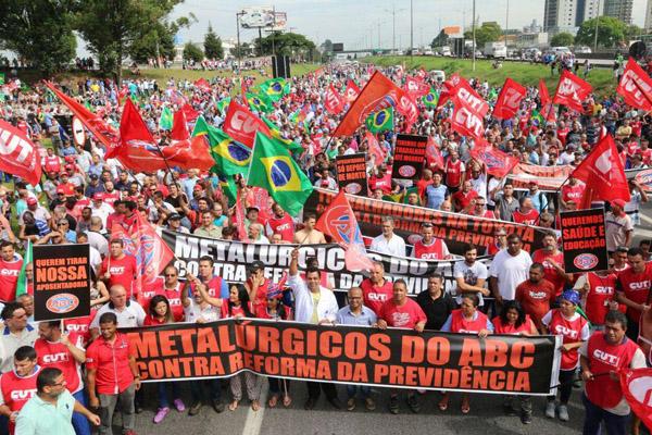 Via Anchieta tomada por trabalhadores nessa sexta-feira (Foto Adonis Guerra)