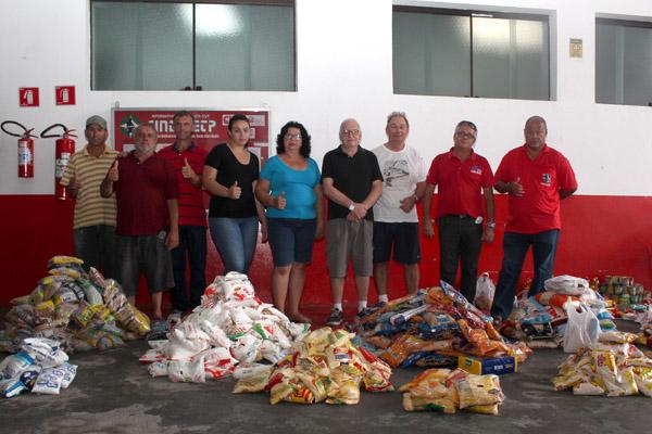 Distribuição dos alimentos entre as quatro entidades sociais na sede do sindicato, nessa segunda-feira (foto: Guilherme Moura)