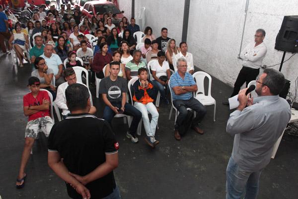 Ao microfone, o presidente Herivelto Vela