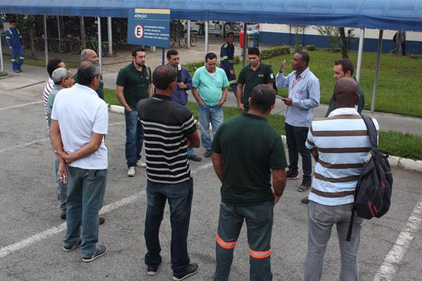 Valdir conversa com trabalhadores da Harsco sobre negociação da PLR, em maio