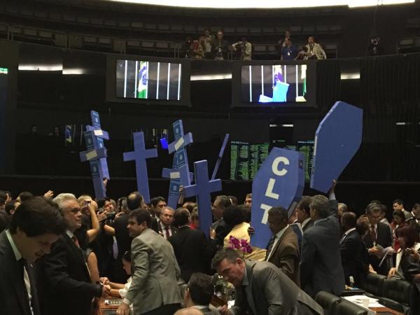 Segurando um caixão escrito CLT, está o deputado federal e metalúrgico Vicentinho, que votou contra a proposta (foto Luciana Waclawovsky)