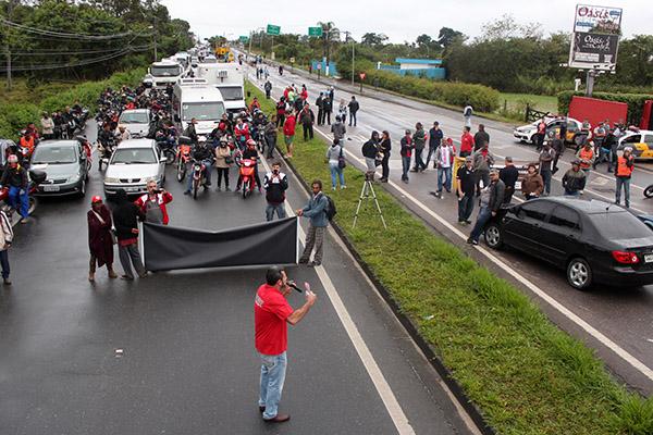 Paralisação na rodovia estadual Ver. Abel Fabrício Dias, a SP-62