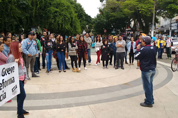 Novo protesto no período da tarde juntou também professores ligados à Apeoesp e trabalhadores dos correios