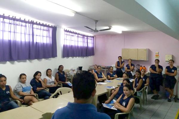 Luciano da Silva - Tremembé conversa com trabalhadoras antes da assembleia (foto Divulgação)