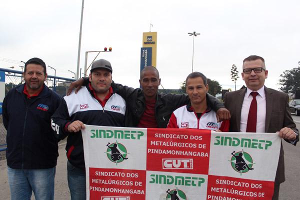 Marquinhos, Andrezão, Sérgio, Marcinho e o advogado trabalhista Marcos Gonçalves logo após a reintegração