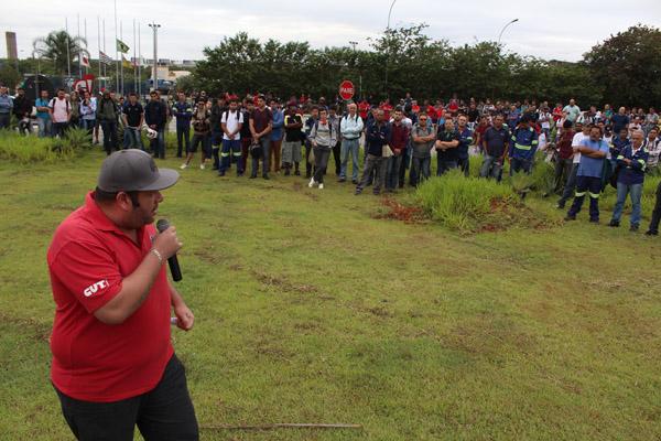 O vice-presidente André Oliveira - Andrezão, durante paralisação em novembro, que já protestava contra o excesso de jornada na aciaria