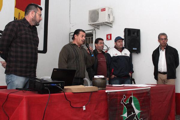 Ao microfone, o dirigente Celso Antunes, que já foi secretário de Formação do sindicato