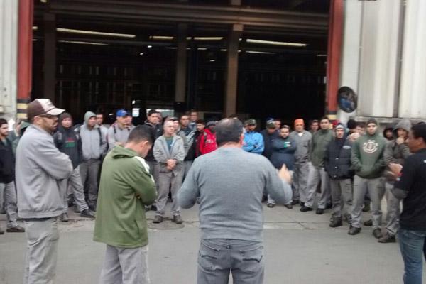 Trabalhadores cruzaram os braços dentro no interior da fábrica