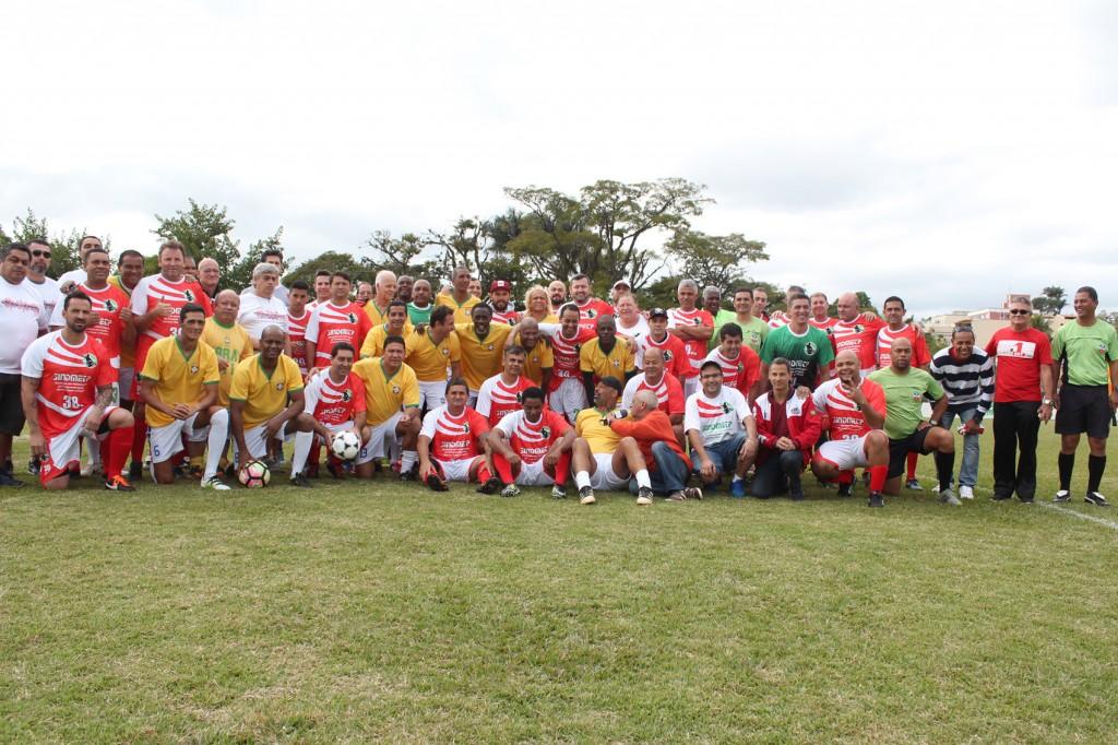 Foto oficial da Seleção Master Paulista junto com a Seleção de Metalúrgicos de Pindamonhangaba