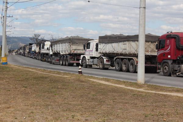 Fila de caminhões que em pouco tempo já se formou na portaria; empresa tem boa demanda de produção, inclusive com excesso de horas-extras