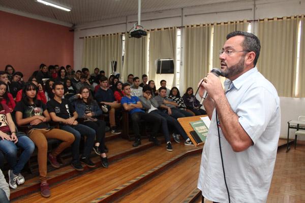 O presidente Herivelto Vela, durante palestra a alunos de mecânica, informática e administração do período da manhã