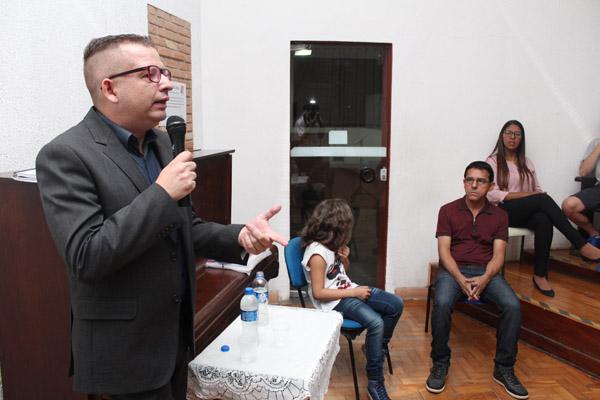 Ao microfone, o advogado trabalhista Marcos Gonçalves