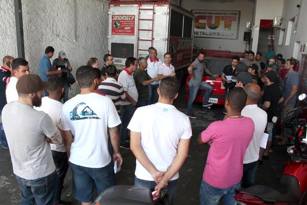 Reunião de trabalhadores da JSL na sede do Sindicato dos Metalúrgicos, onde a empresa fez o pagamento da bonificação