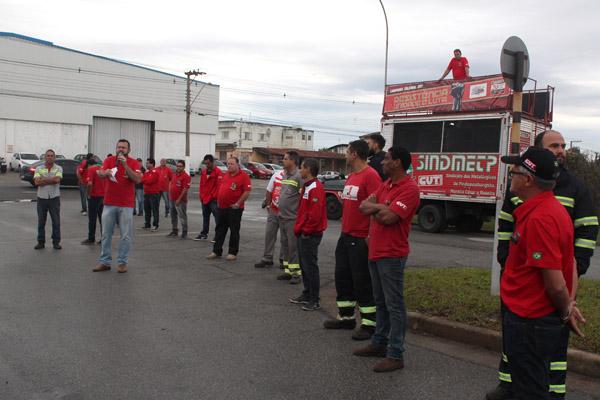 Ao microfone, o presidente Herivelto Vela junto com a direção do sindicato