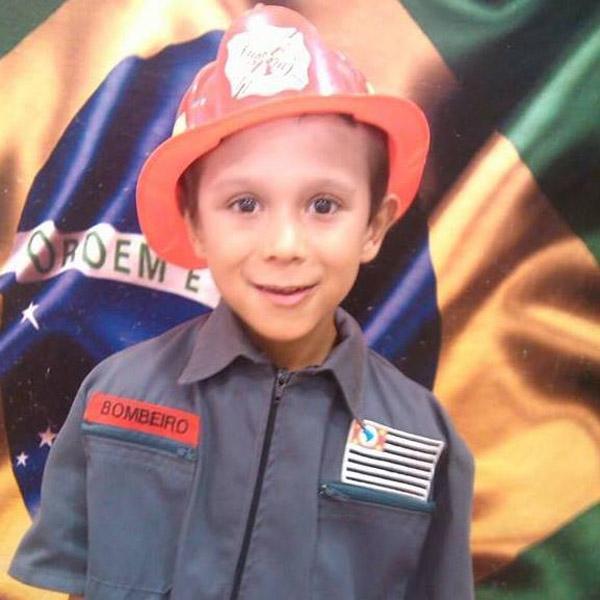 Vinícius de Paula, de 10 anos - em cinco meses doença já lhe causou perda da visão, na fala e dificuldade para andar (foto arquivo familiar)