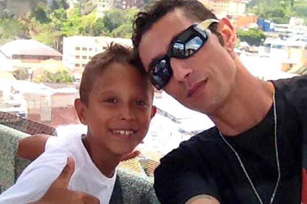 Vinícius, de 10 anos, junto ao pai, Luciano, metalúrgico da aciaria da Gerdau (foto arquivo familiar)