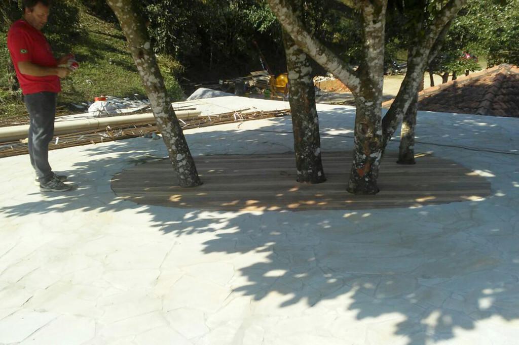 Deck de madeira foi trocado por alvenaria, mas foi possível manter a jaqueira que faz uma boa sombra na beira da piscina