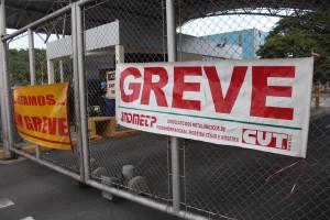 Trabalhadores da Novelis entram em greve pela campanha salarial