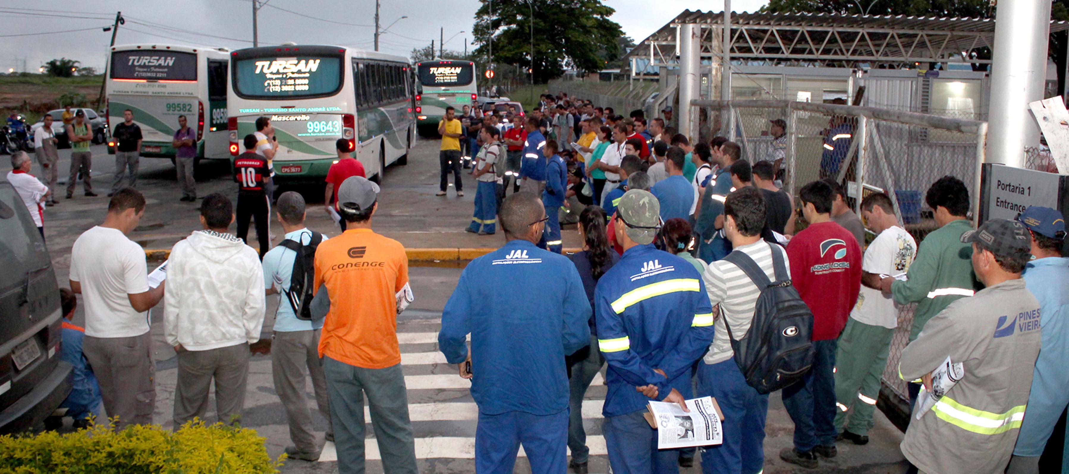 Trabalhadores da Novelis atrasam turno contra falta de segurança