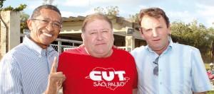 Vicentinho do PT, junto a Mamão e Romeu, durante visita a Pinda; deputado federal fez Projeto de Lei pedindo a isenção do IR na PLR