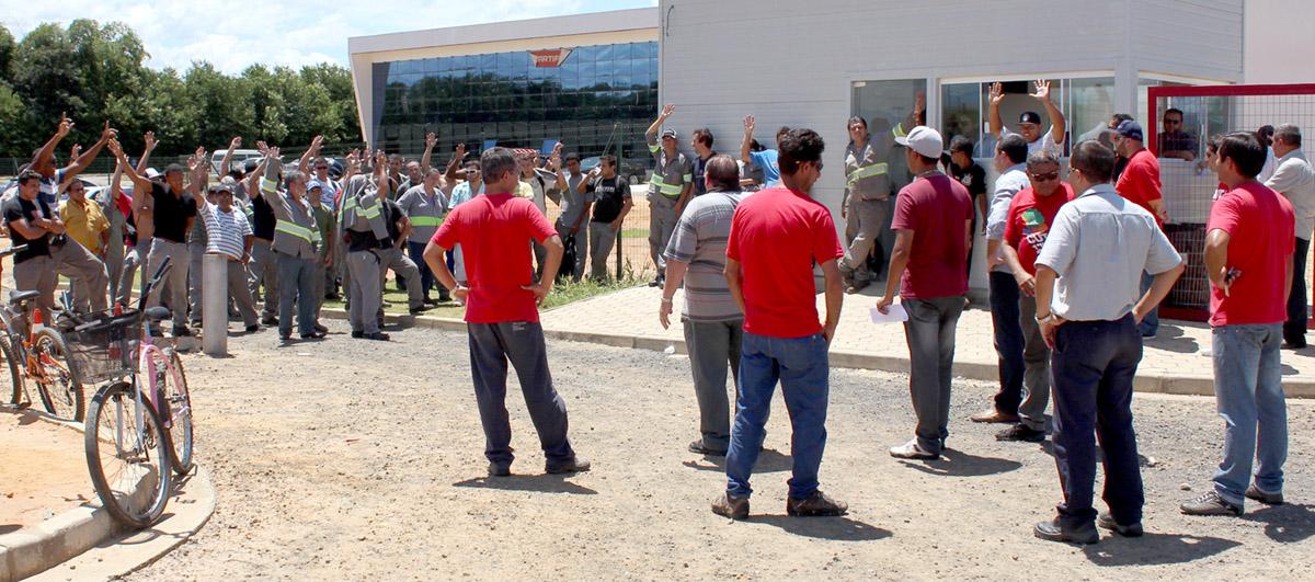 Trabalhadores aprovam em assembleia greve pelas correções dos cargos