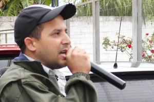 "O dirigente sindical Luciano da Silva - ""Tremembé"", fala aos trabalhadores durante o protesto"
