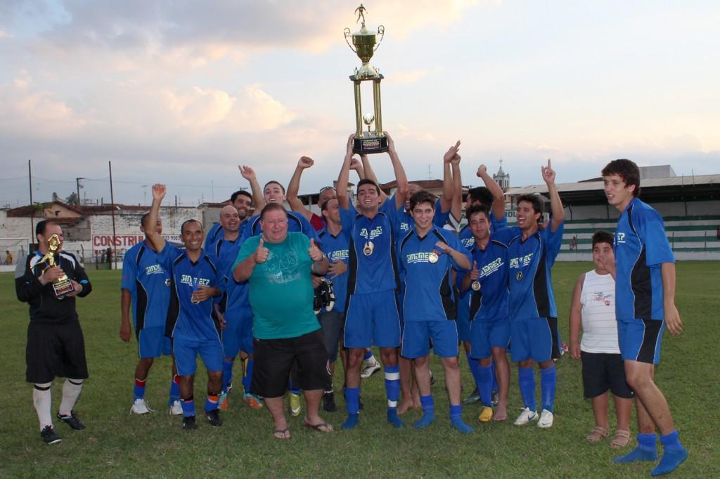 Equipe da Confab Equipamentos comemora o título