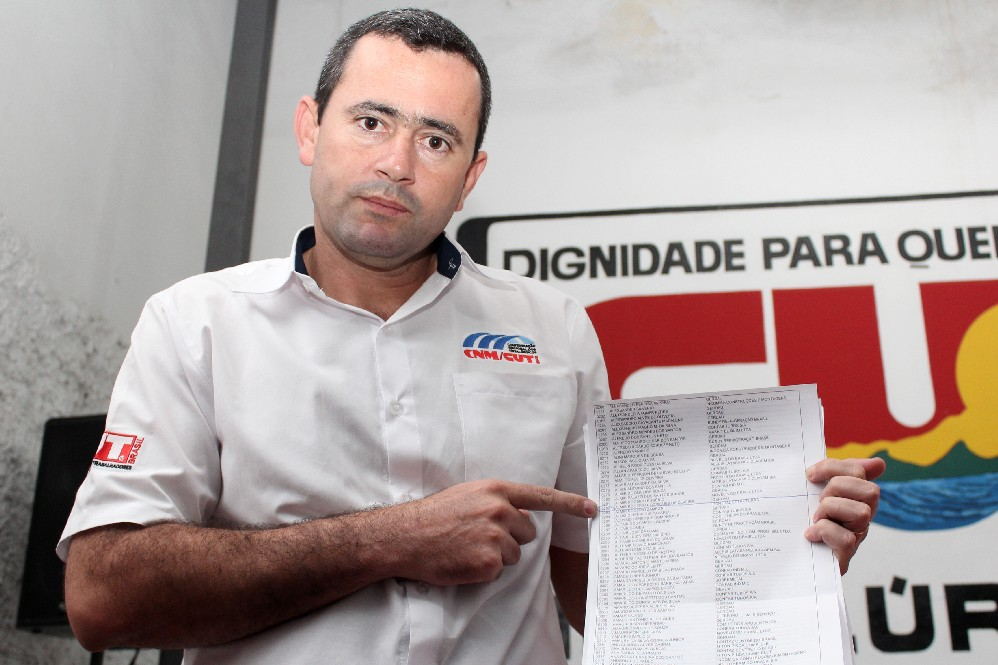 Secretário Geral Herivelto Vela aponta para o nome do grande premiado: Almir Rogério Rodrigues de Oliveira, que trabalha na área da FEP na Gerdau