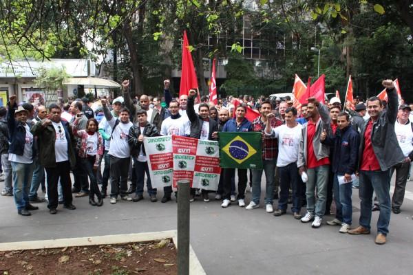 Metalúrgicos de Pinda participam da entrega da pauta da Campanha Salarial, em frente ao prédio da Fiesp, na avenida Paulista, em São Paulo