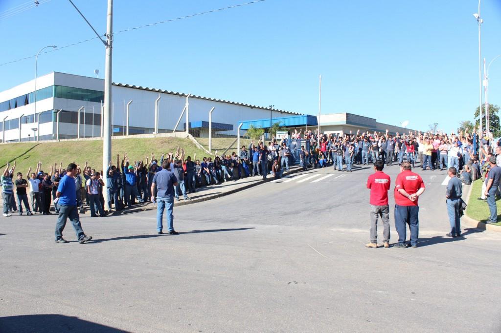 Trabalhadores aprovam proposta em assembleia; após protestos direção da empresa melhora metas de produção e valor da primeira parcela
