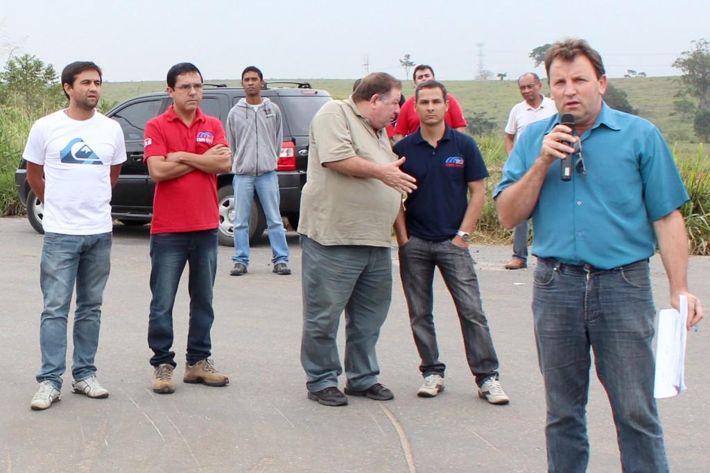 Vice-presidente Romeu Martins ao microfone junto à direção na porta da Bundy, primeira fábrica de Pinda que já aplicou a nova lei na negociação da PLR