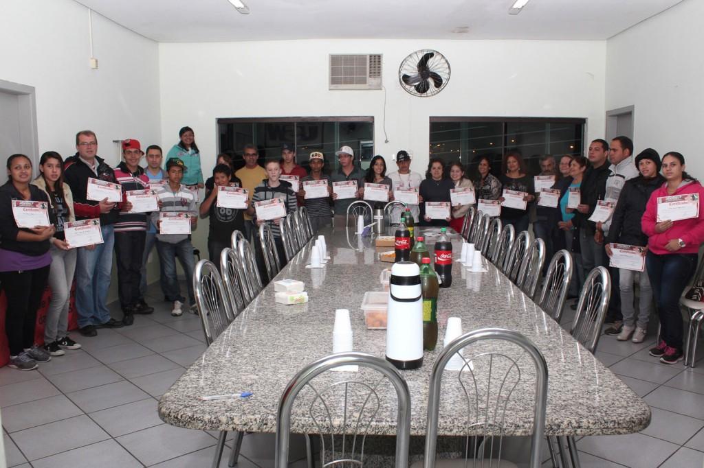 33 alunos recebem certificados de conclusão do curso na sede do sindicato