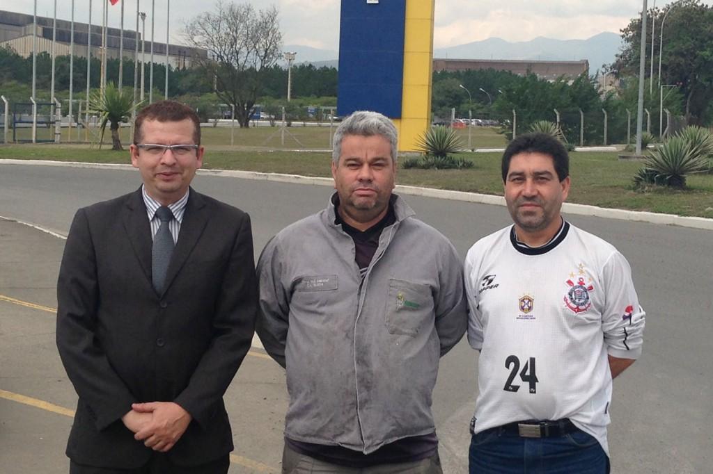 Marcos Gonçalves, advogado do Sindicato, Valdir Correa, trabalhador reintegrado, e José Antonio - Lagoinha, dirigente sindical, em frente à Gerdau
