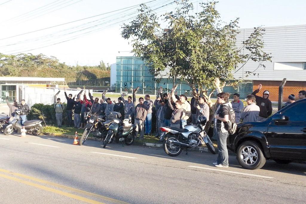 Trabalhadores da Novametal aprovam em assembleia proposta de PLR que tem valor 38% maior que o de 2012 (crédito da foto: Márcio Pimentel - Perneta)