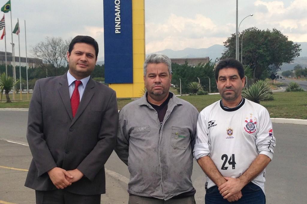 Alison Montoani, advogado do Sindicato, Valdir Correa, trabalhador reintegrado, e José Antonio - Lagoinha, dirigente sindical, no dia 17
