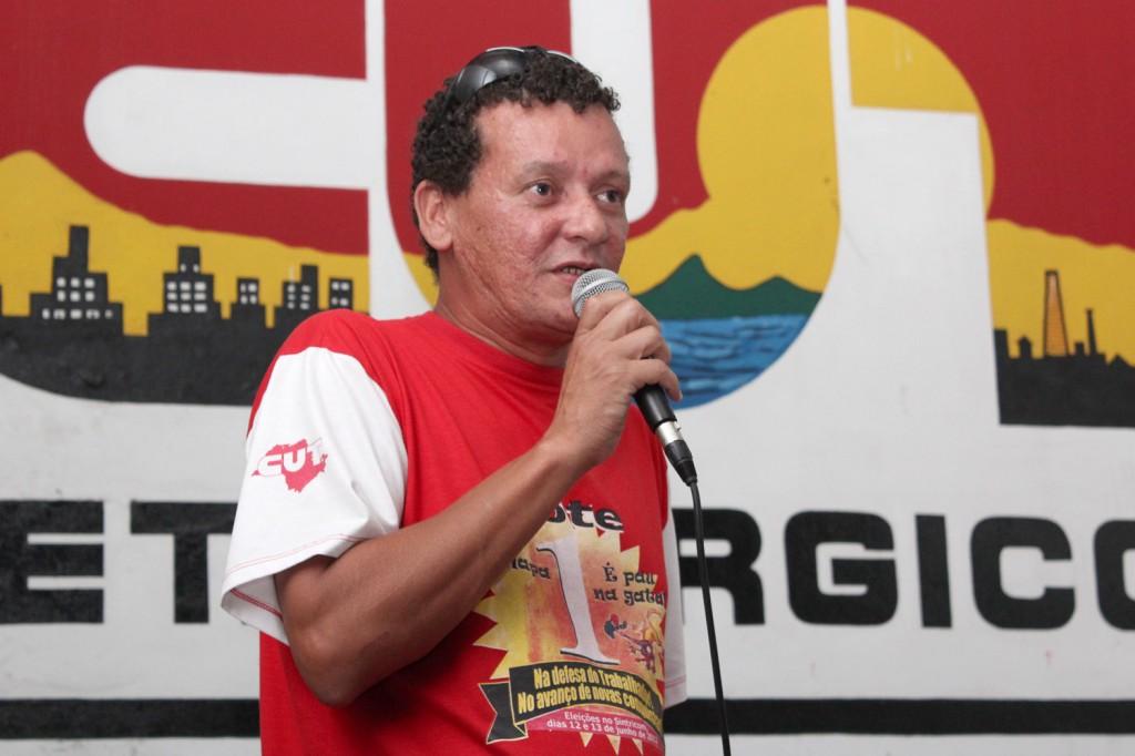 """O companheiro Carlos José de Melo, """"Carlão"""", da assessoria da subsede da CUT Vale do Paraíba, esteve presente na assembleia para demonstra apoio da CUT e também trazer um abaixo-assinado pela democratização da comunicação"""