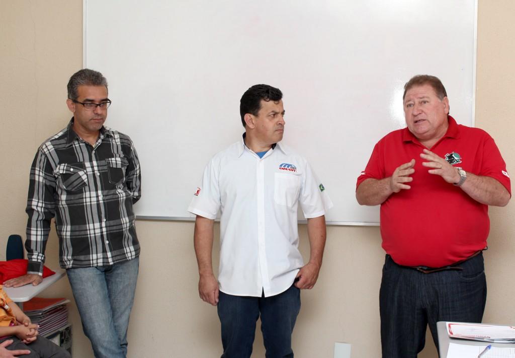 O instrutor Carlos Alberto de Souza, o secretário de Formação, Celso Antunes e o presidente Renato Mamão, durante formatura do curso na subsede de Moreira César