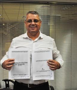 """O presidente da FEM-CUT/SP, Valmir Marques, """"Biro-Biro"""", com a CCT do G3 assinada (Crédito Mídia Consulte)"""