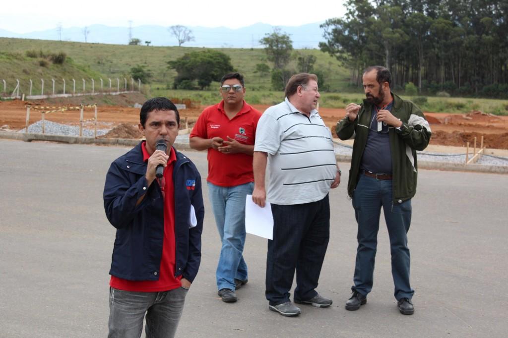 Ao microfone, o dirigente sindical José Ivanez - Gato, conversa com a categoria