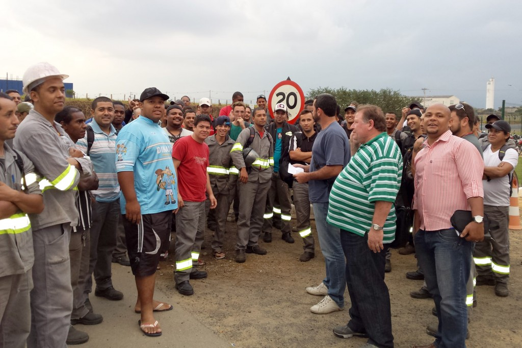 Direção do sindicato conversa com trabalhadores em frente à fábrica