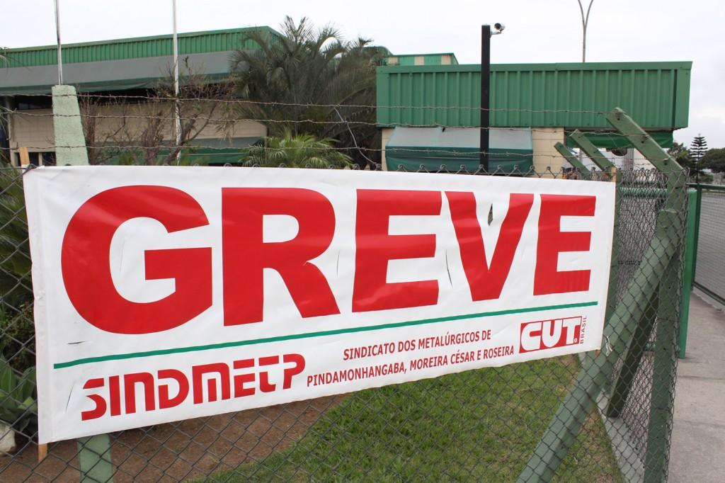 Faixa de greve na portaria na Latasa, a segunda em 18 anos de empresa; a primeira foi em 2012, primeiro ano de comitê sindical de empresa nessa fábrica