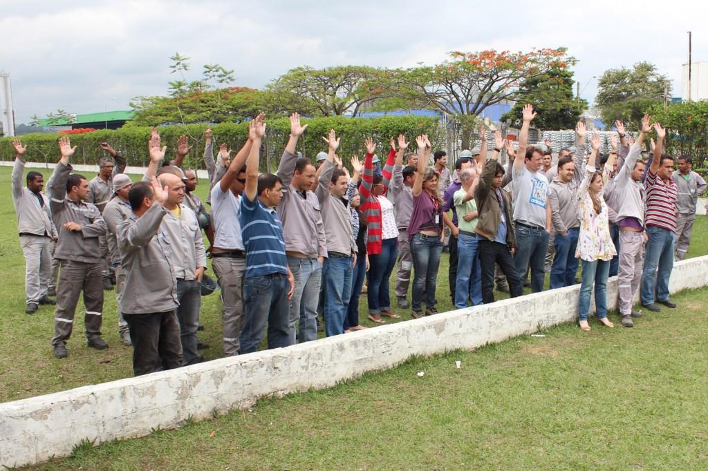 Trabalhadores aprovam nova proposta, com valor maior de abono e promessa de correção de defasagem nos salários