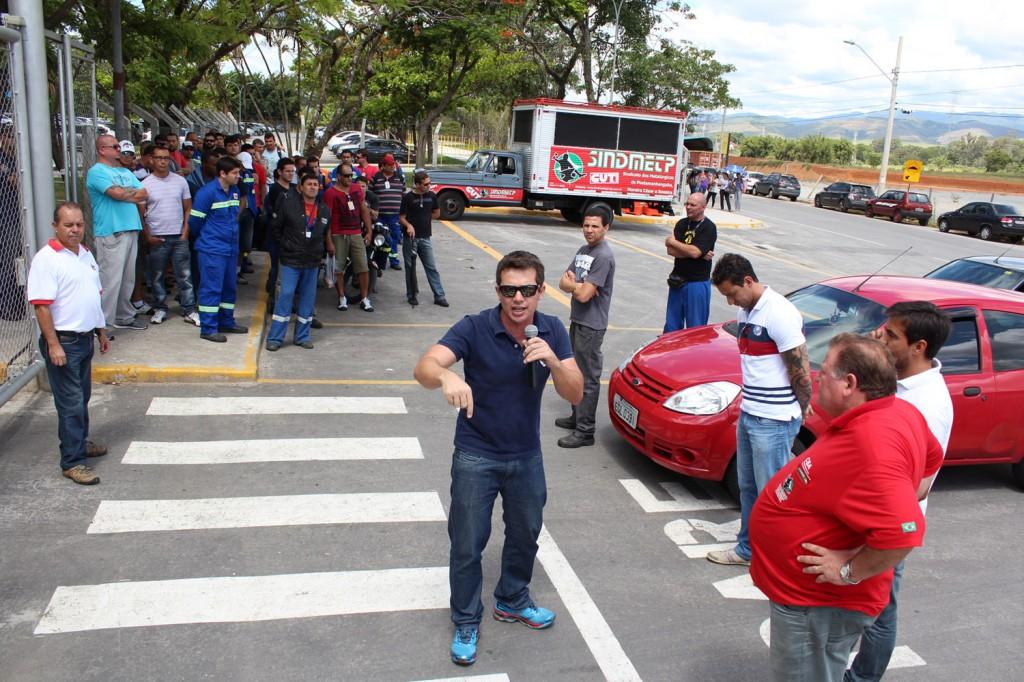 Direção do sindicato relata aos trabalhadores o ocorrido; ao microfone, o dirigente sindical Sérgio da Silva